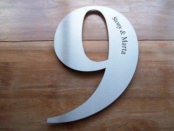 Huisnummer uit losse cijfers RVS316 3mm dik met naam
