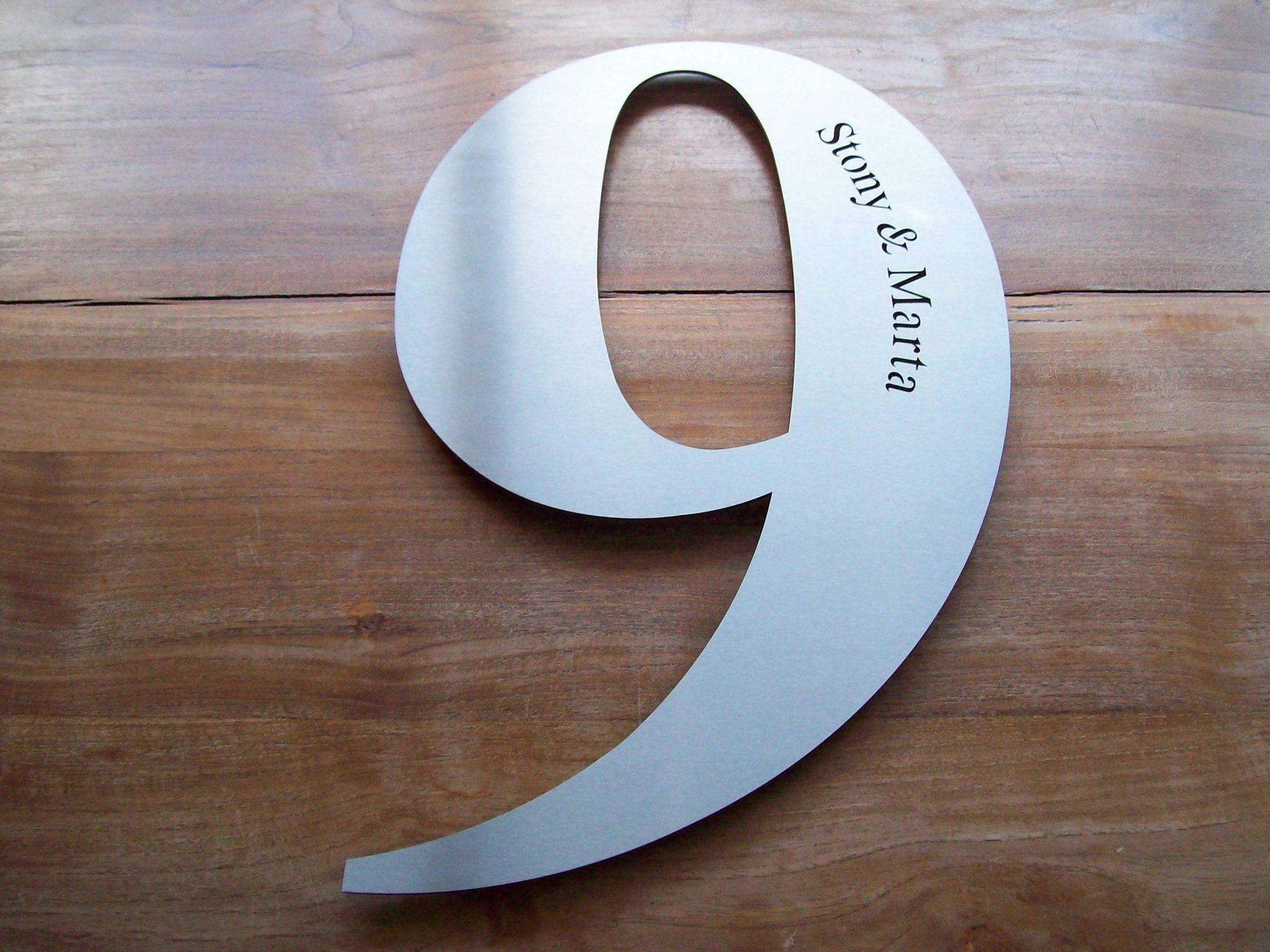 Huisnummer uit losse cijfers RVS316 2mm dik met naam